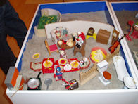 Sandplay kasse med sand og figurer